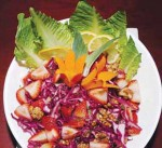 سلطة الملفوف الأحمر مع الفراولة والجوز من المطبخ اللبناني